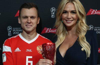 Виктория Лопырева вручила трофей лучшему игроку матча Россия — Египет